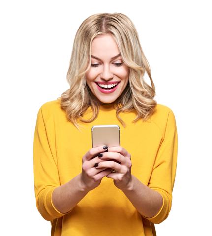 Chica feliz con teléfono móvil